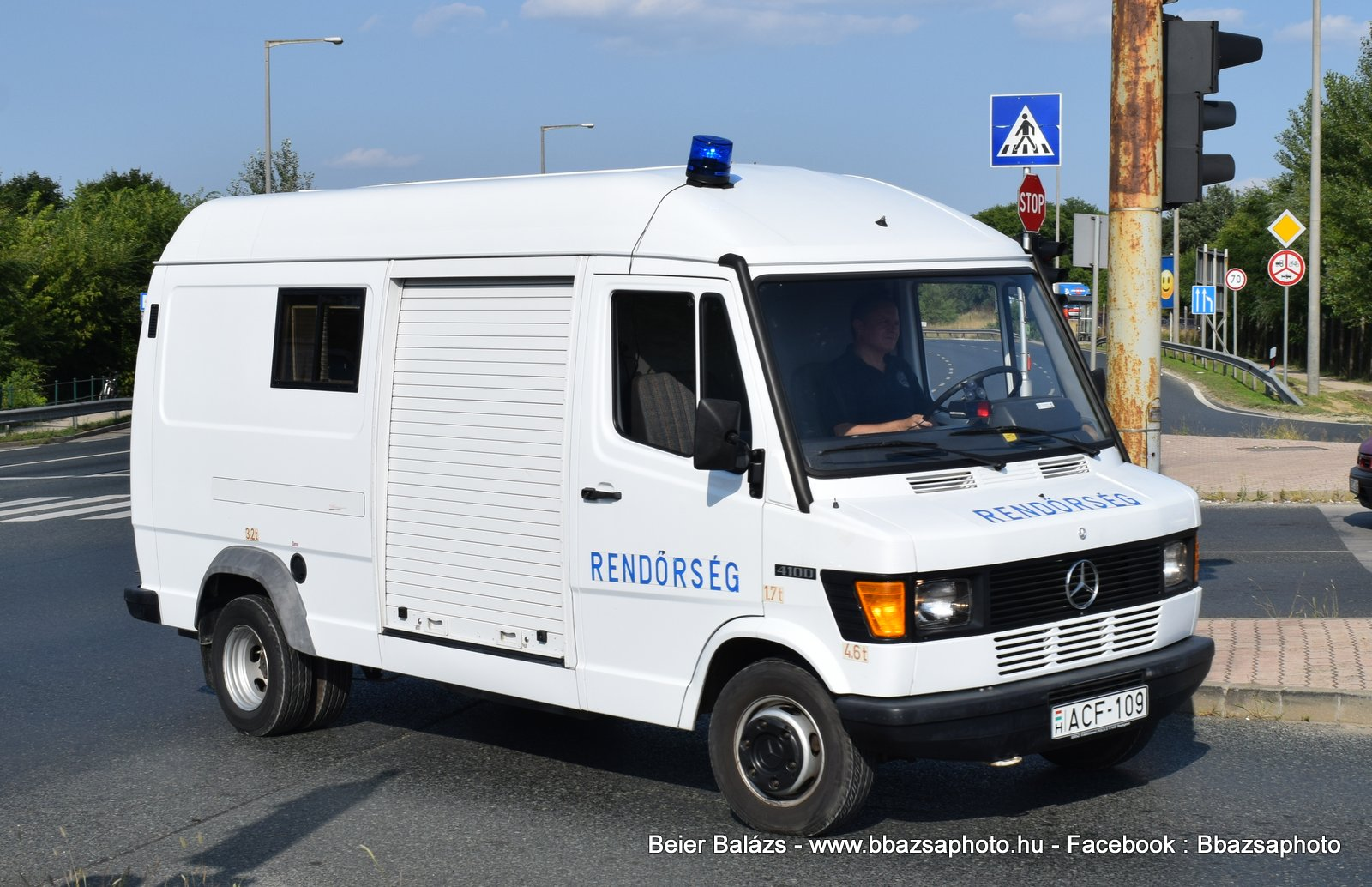 Mercedes 410D – Mobil csomag röntgen
